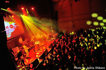 アイスランド・エアウエイブス(4)大人なフェス、ベッドルーム・コミュニティ10周年記念大コンサート&お気に入りアーティストの濃縮日、ライヴ付きヨガも!_c0003620_17434049.jpg