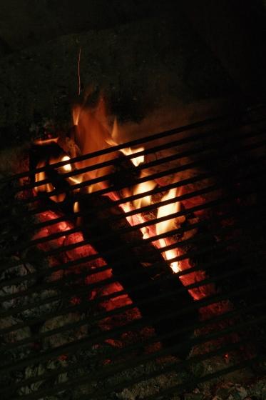 小さな焚き火のほむらの前に居る。。_e0182134_23471805.jpg