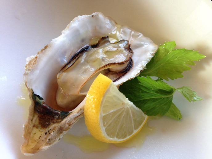 伊勢志摩の牡蠣『的矢かき』で焼き牡蠣はアイラ島スタイルのボウモアスプレー_b0221506_15215783.jpg