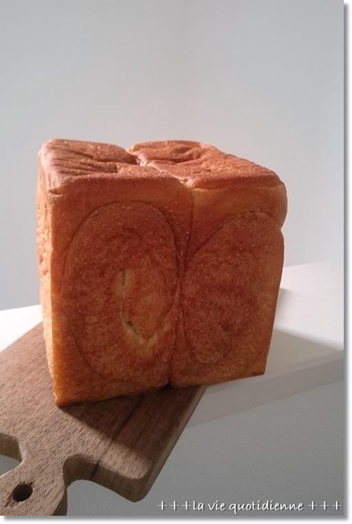 今度は初おんぶで焼いた真四角型の食パン_a0348473_09095190.jpg