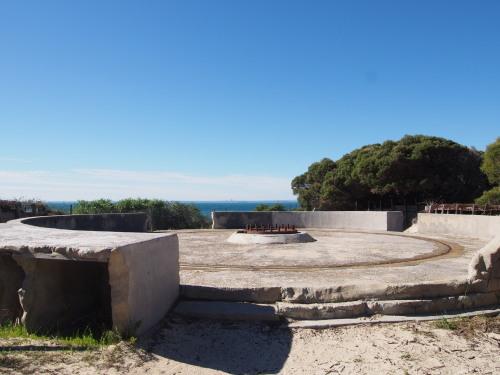廃墟に線路に隠れ家的ビーチ!島を去る日にBickley Battery Heritage Trailを歩いてみる_c0351060_23515645.jpg