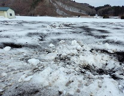 雪畑にぶちまけられた土のナゾ_e0077899_7325432.jpg