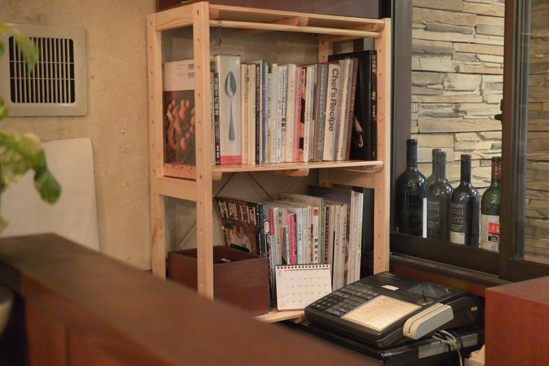 レジ横に本棚を置きました。&2月28日(火)のランチメニュー_d0243849_2028191.jpg