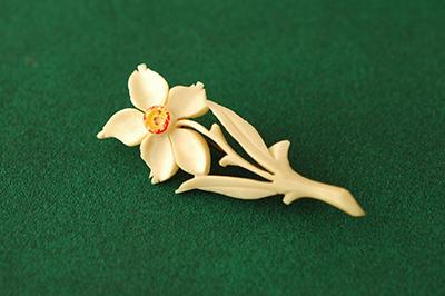 faux ivory  水仙のブローチ_b0249281_1527176.jpg