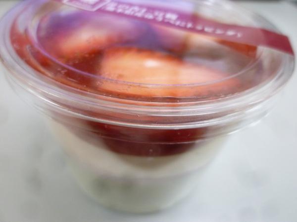苺の杏仁豆腐(熊本県産ゆうべにトッピング)@ナチュラルローソン_c0152767_22043192.jpg