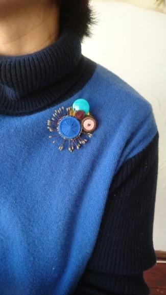 ミロのコサージュ  チェコの糸釦とパリのパーツを使って_a0200214_10541910.jpg
