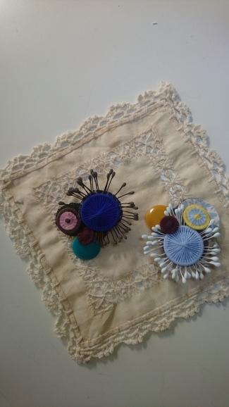 ミロのコサージュ  チェコの糸釦とパリのパーツを使って_a0200214_11023760.jpg