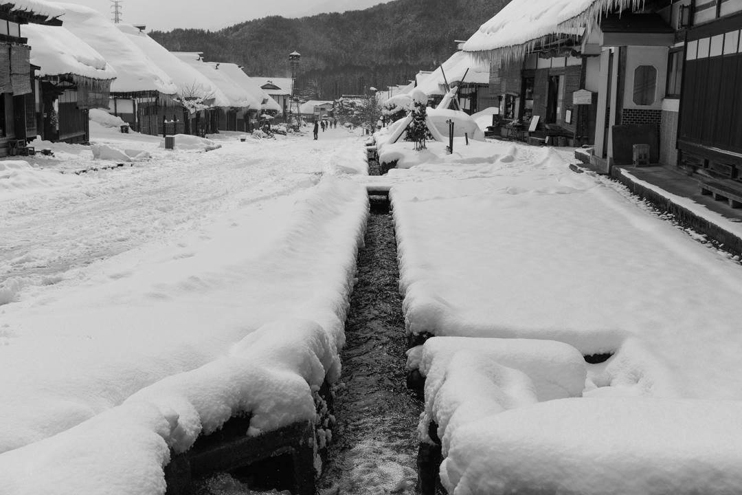 雪の大内宿の茶色のつらら_a0158797_22513256.jpg
