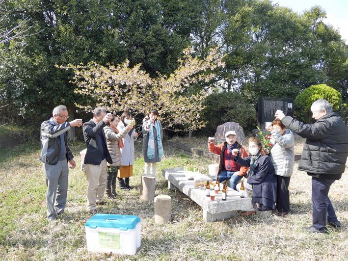 乾杯は北鎌倉の恵み:野口初太郎翁頌徳碑建立地で花見①_c0014967_1314713.jpg