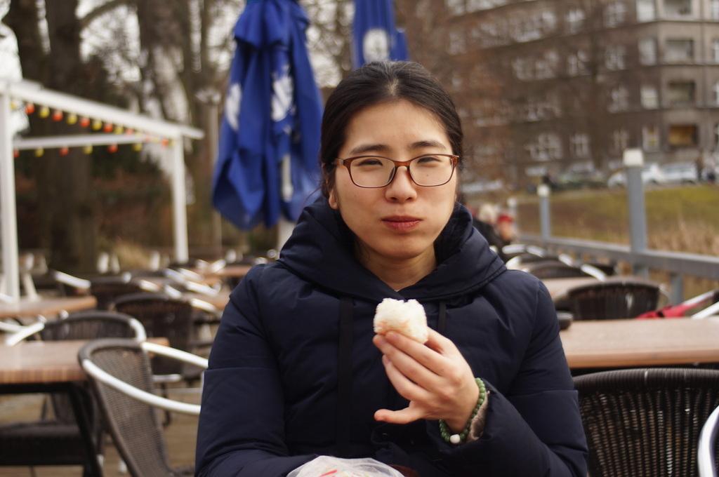 ときどき春を感じる近頃のベルリン、湖畔のカフェテラスにて。_c0180686_18472156.jpg