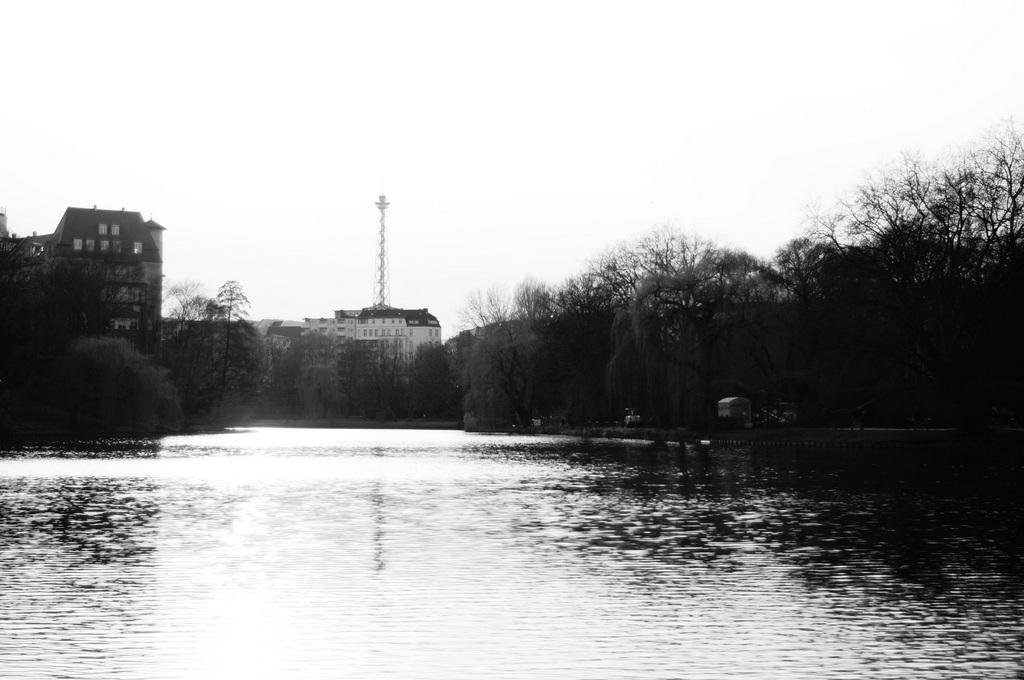 ときどき春を感じる近頃のベルリン、湖畔のカフェテラスにて。_c0180686_18480495.jpg