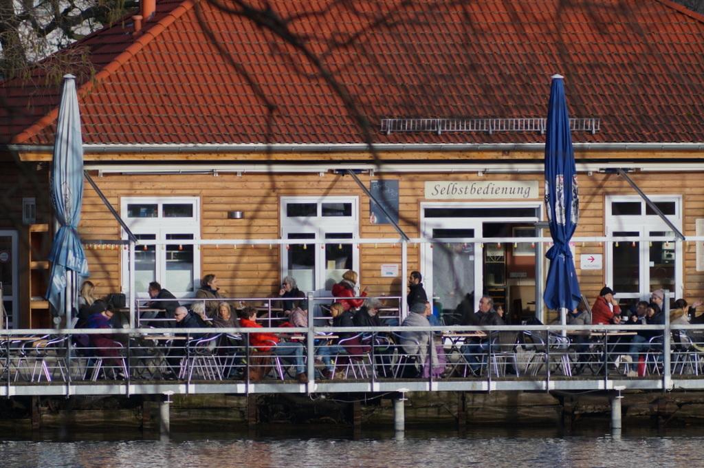 ときどき春を感じる近頃のベルリン、湖畔のカフェテラスにて。_c0180686_18481607.jpg