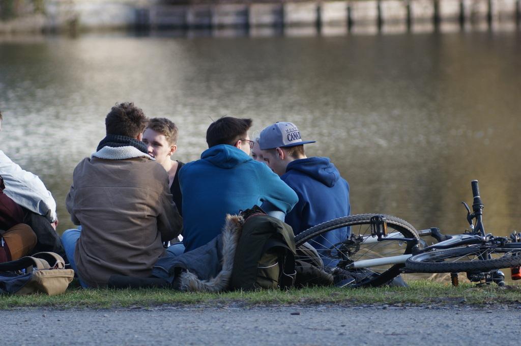 ときどき春を感じる近頃のベルリン、湖畔のカフェテラスにて。_c0180686_18482326.jpg