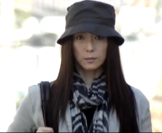 帽子を深くかぶった若村麻由美