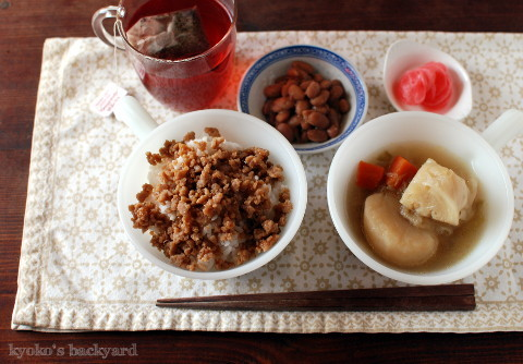 そぼろ丼の日。ツナ缶&パプリカの炒め物_b0253205_06062789.jpg