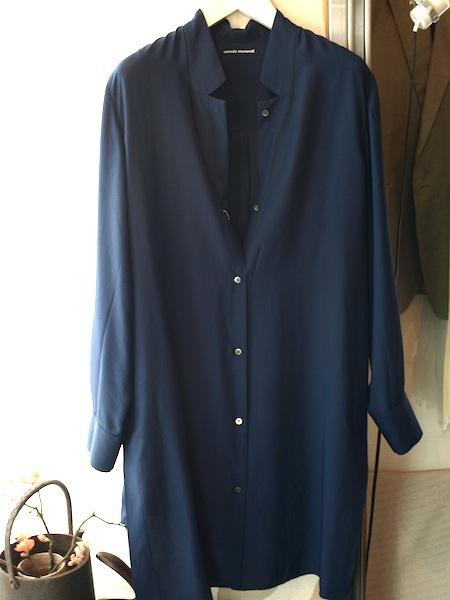 風を受けて布地が様々揺れ動く秀逸なuemulo munenoli 新作ライトコートシャツ『SARA』_e0122680_18475366.jpg