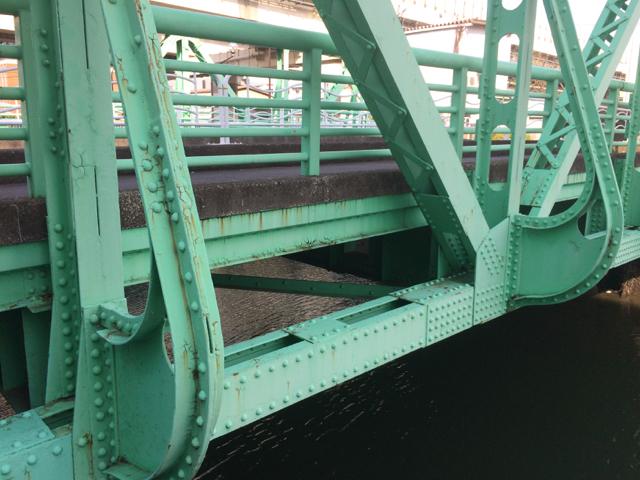 橋を見に散歩してるわけじゃないけど、いい建物はだんだんなくなってしまって、、_d0057843_17505297.jpg