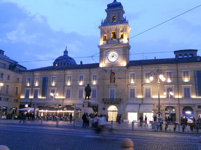 パルマの中心、ガリバルディ広場の夕暮れ_f0172744_252721.jpg