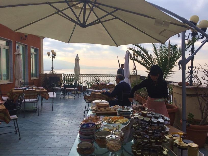 2017南イタリア旅行記その2 大好きナポリの朝ごはん_d0041729_09531243.jpg