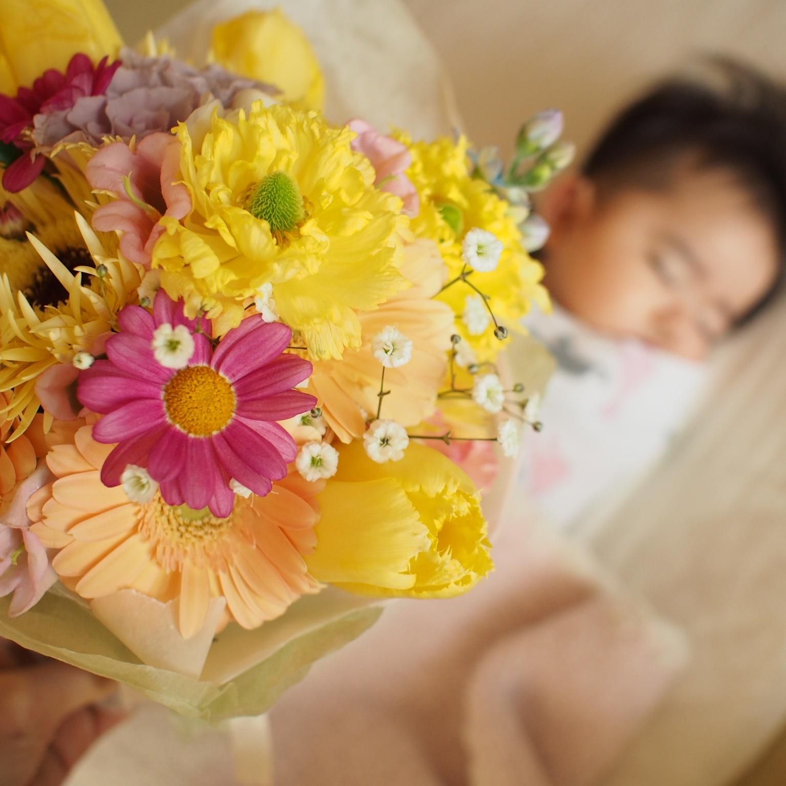 ご友人からのプレゼントの花と、赤ちゃんへの色々な色のミニブーケ_a0042928_11472877.jpg