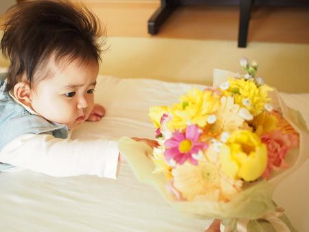 ご友人からのプレゼントの花と、赤ちゃんへの色々な色のミニブーケ_a0042928_1148121.jpg