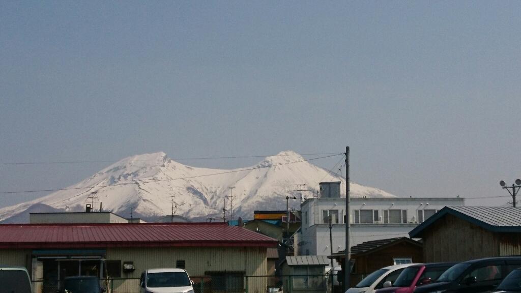 残雪が美しい駒ヶ岳が見える森町商店街_b0106766_21065110.jpg
