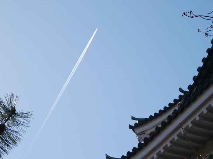 天守閣と飛行機雲_b0093754_14525873.jpg