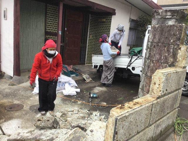 倒壊の危険・・大谷石石塀の撤去処分_f0031037_18572241.jpg