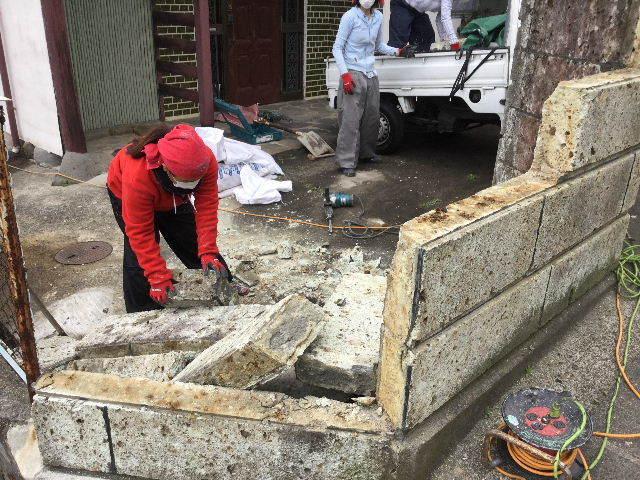 倒壊の危険・・大谷石石塀の撤去処分_f0031037_18572276.jpg