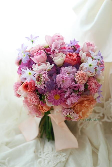 クラッチブーケ 八芳園様へ、八重桜とマーガレットをいれて_a0042928_9503439.jpg