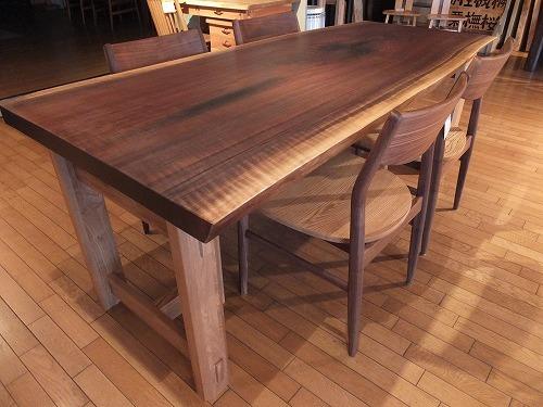 一枚板テーブル展開催中。ウォールナットの一枚板テーブル新作入荷。一枚板と木の家具の専門店エムズファニチャーです。_b0318103_15320132.jpg
