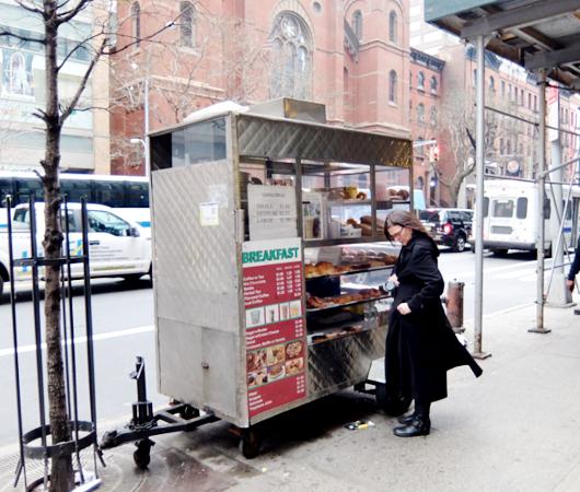 ニューヨーカーの朝の定番、路上のコーヒーベンダー_b0007805_2344368.jpg