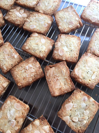 イチジクのパウンドケーキ、あくの強いチョコレートと塩味のクッキーなど焼き菓子詰め合わせ_d0329740_23732100.jpg