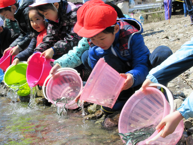 安家川と鮭稚魚放流会なのだ!_c0259934_10014386.jpg