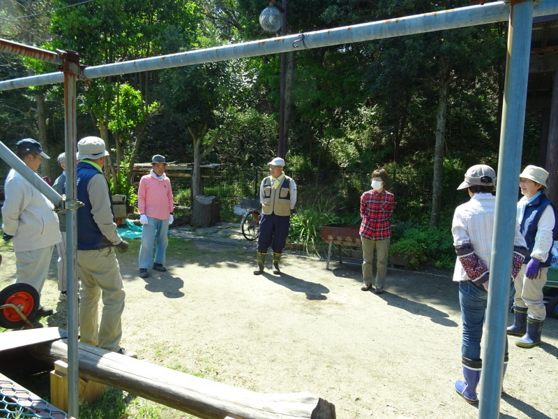 急斜面の笹刈り・・・うみべの森_c0108460_21083563.jpg