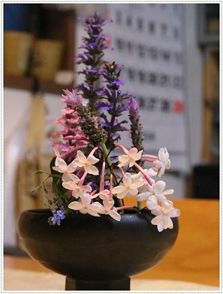 今日はのんびり、ご近所さんのお庭で花を見て、さくらも大も我が家のようにくつろいでね( *´艸`)クスクス_b0175688_20411091.jpg