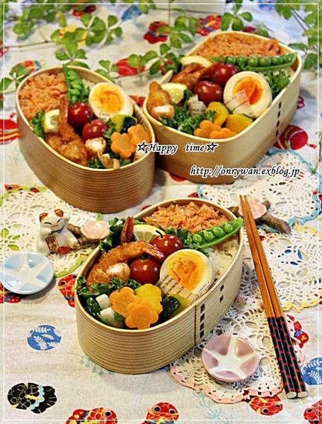 鮭フレークのっけてエビフライ弁当と苺酵母でカンパーニュ♪_f0348032_18420646.jpg