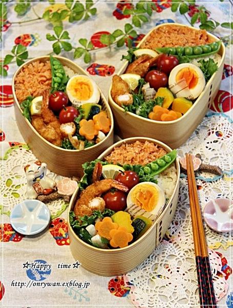 鮭フレークのっけてエビフライ弁当と苺酵母でカンパーニュ♪_f0348032_18421720.jpg
