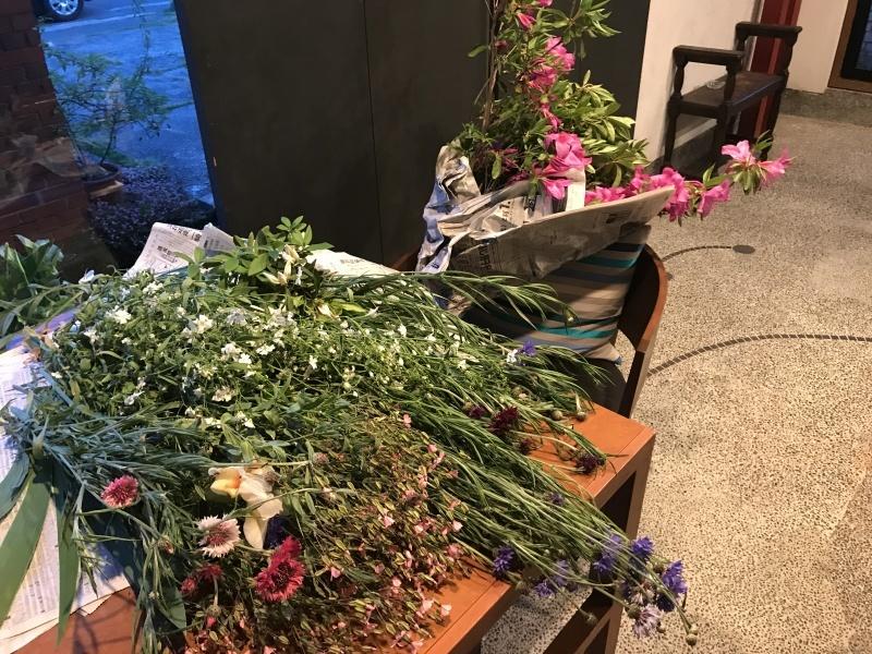 お客様から、お花を頂きました_d0177560_22150384.jpg