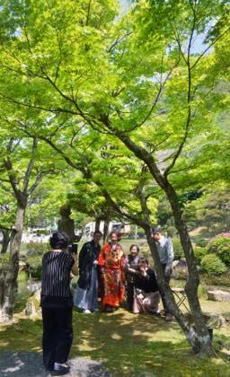 観光客さんの混雑は3日からの後半かな〜中庭では...._b0194185_21175120.jpg