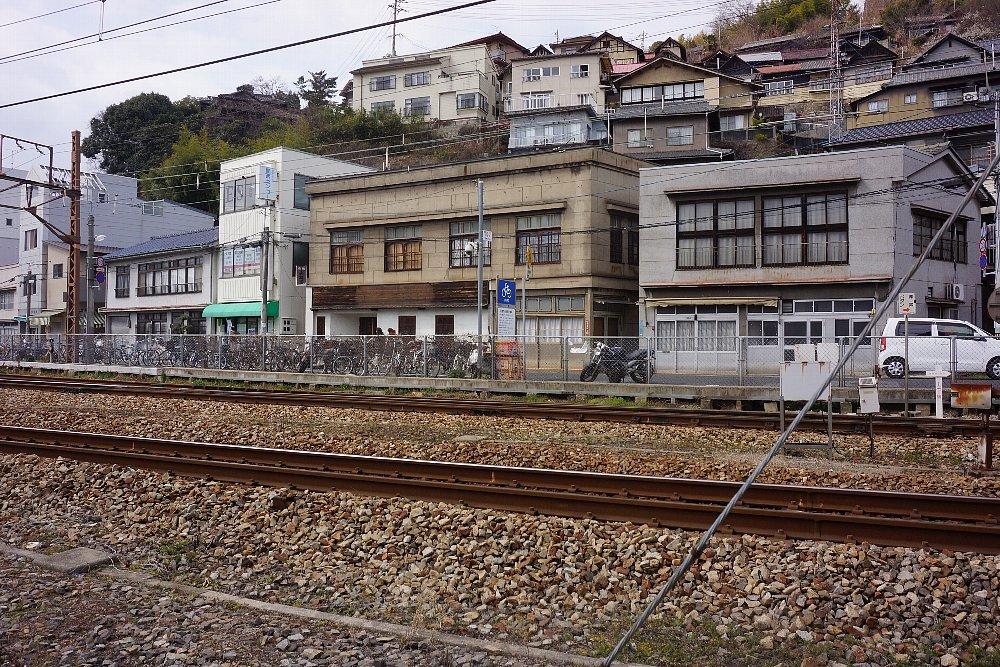 JR尾道駅北口付近のレトロ建築_c0112559_08081403.jpg