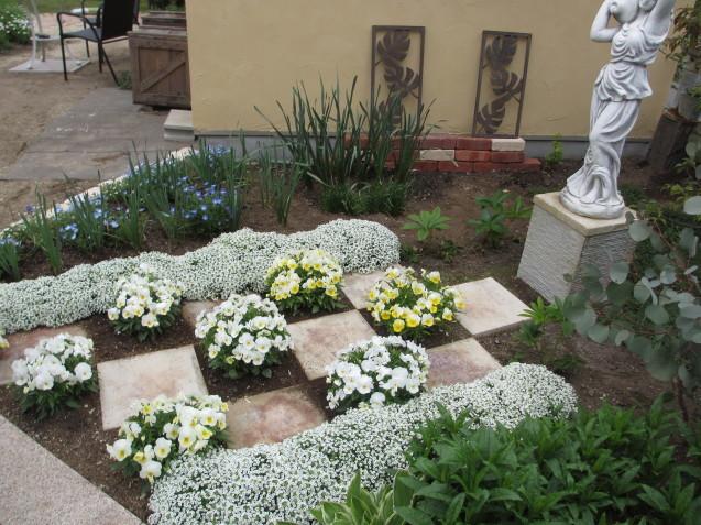 ガーデンリビングから見える初夏の庭_a0243064_19463076.jpg