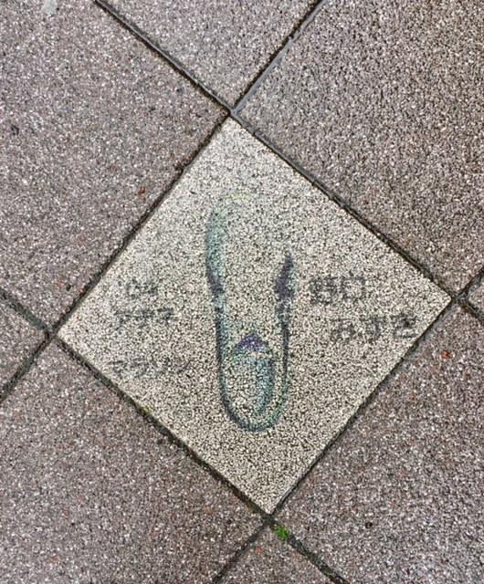 長田区の歩道に五輪選手のシューズの絵。_f0352403_14224267.jpg