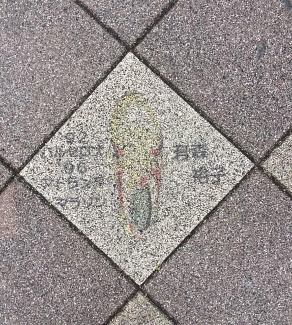 長田区の歩道に五輪選手のシューズの絵。_f0352403_14225440.jpg