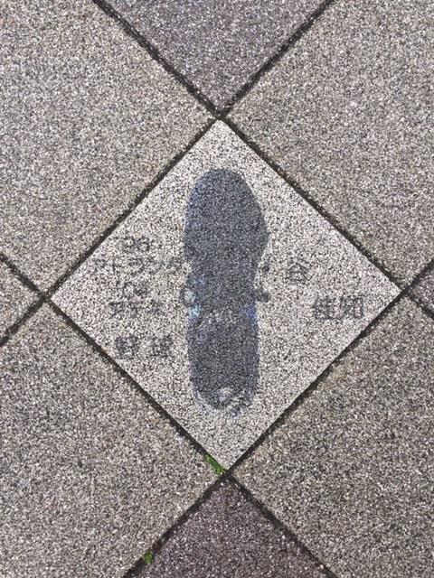 長田区の歩道に五輪選手のシューズの絵。_f0352403_14231337.jpg