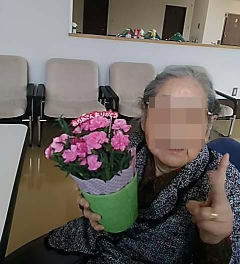 夫は、義母へカーネーションを届けに老健へ_f0019498_17575389.jpg