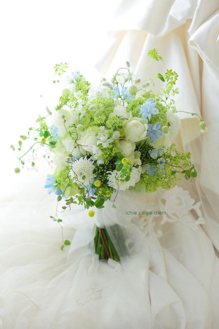 クラッチブーケ 安藤記念教会さまへ 新緑のブーケ、淡い青をさし色にして_a0042928_1581587.jpg