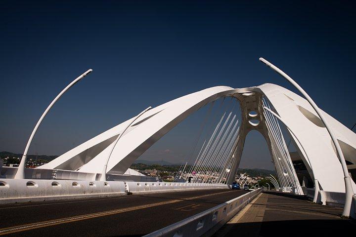 新緑の季節の白い橋_d0353489_21434856.jpg