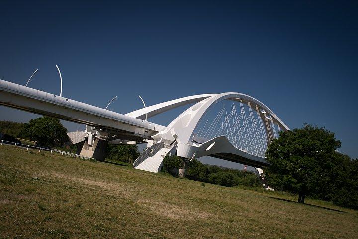 新緑の季節の白い橋_d0353489_21453856.jpg