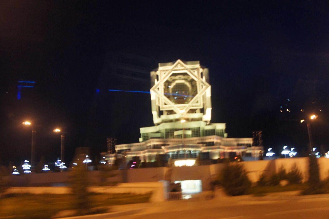 トルクメニスタンの旅(13) アシハバードの夜景と夕食とホテル_c0011649_01032539.jpg